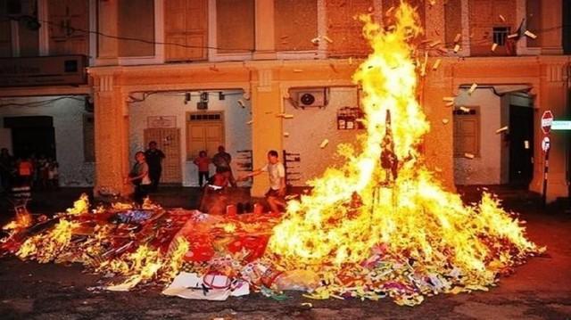 Cư dân có thể bị truy tố trách nhiệm hình sự khi đốt vàng mã trong chung cư - Ảnh 1.