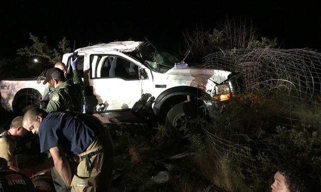 Cuộc rượt đuổi thót tim xe bán tải chở di dân vượt biên vào Mỹ và mánh khóe kẻ buôn người - Ảnh 1.