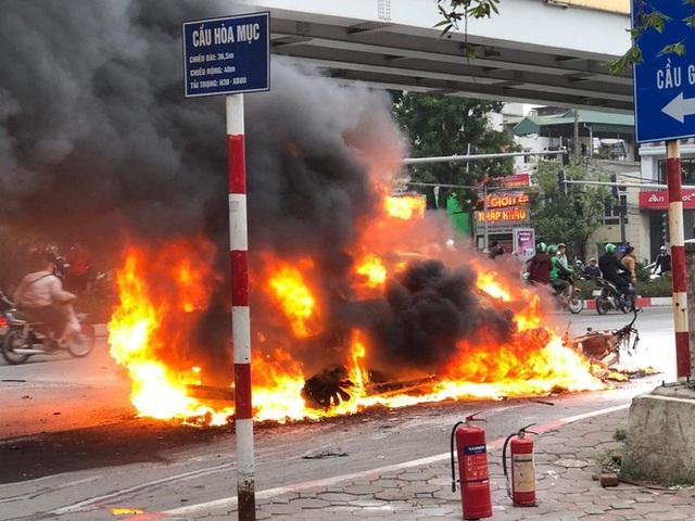 Xe sang Mercedes cháy rụi sau khi vượt đèn đỏ, một người chết - Ảnh 1.
