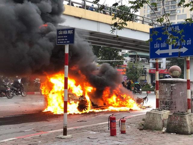 Xe sang Mercedes cháy rụi sau khi vượt đèn đỏ, một người chết - Ảnh 2.