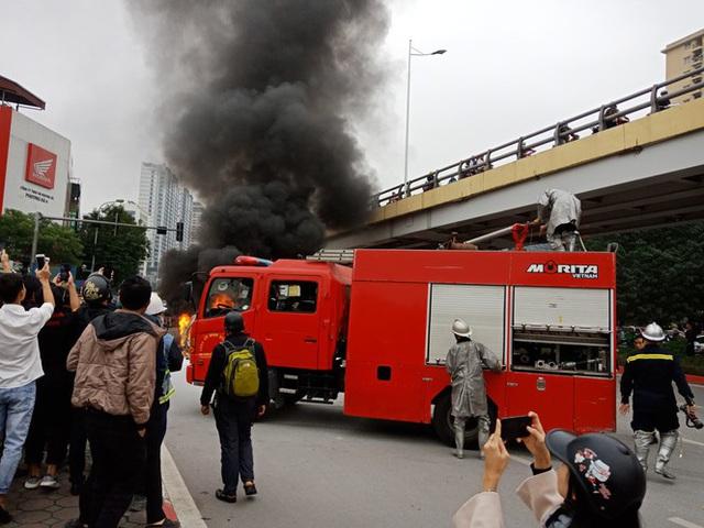 Giao thông tắc nghẽn sau vụ chiếc xe Mercedes cháy rụi ở Hà Nội - Ảnh 1.