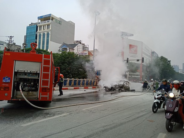 Giao thông tắc nghẽn sau vụ chiếc xe Mercedes cháy rụi ở Hà Nội - Ảnh 2.