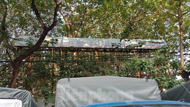 Cổng dự án chợ Xuân La hoen gỉ sau nhiều năm không triển khai.