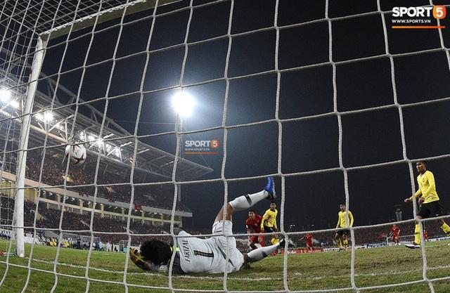 Xúc động hình ảnh HLV Park Hang-seo ôm chặt Anh Đức sau trận hòa Thái Lan: Tạm biệt một huyền thoại, tạm biệt người hùng AFF Cup! - Ảnh 11.