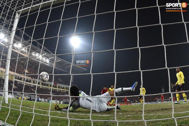 Xúc động hình ảnh HLV Park Hang-seo ôm chặt Anh Đức sau trận hòa Thái Lan: Tạm biệt một huyền thoại, tạm biệt người hùng AFF Cup! - Ảnh 12.