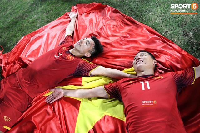 Xúc động hình ảnh HLV Park Hang-seo ôm chặt Anh Đức sau trận hòa Thái Lan: Tạm biệt một huyền thoại, tạm biệt người hùng AFF Cup! - Ảnh 13.