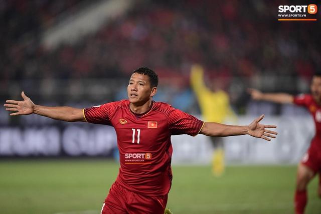 Xúc động hình ảnh HLV Park Hang-seo ôm chặt Anh Đức sau trận hòa Thái Lan: Tạm biệt một huyền thoại, tạm biệt người hùng AFF Cup! - Ảnh 14.