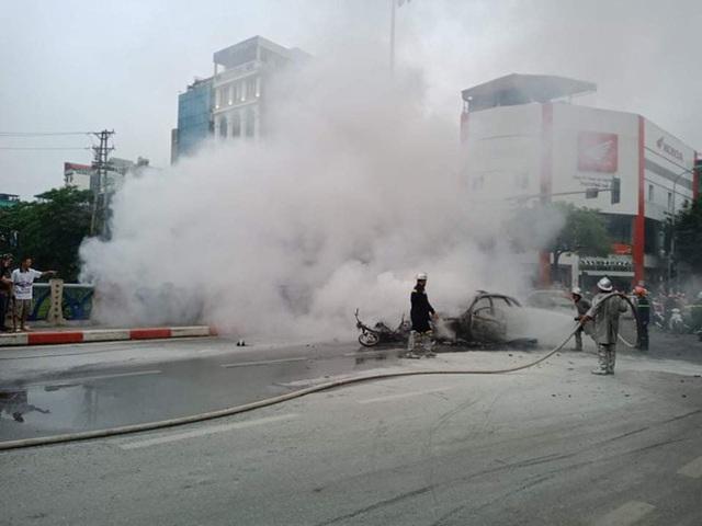 Xe sang Mercedes cháy rụi sau khi vượt đèn đỏ, một người chết - Ảnh 17.