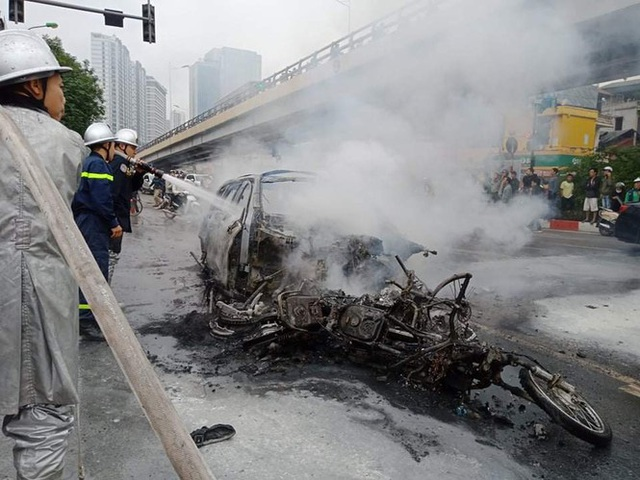 Xe sang Mercedes cháy rụi sau khi vượt đèn đỏ, một người chết - Ảnh 18.