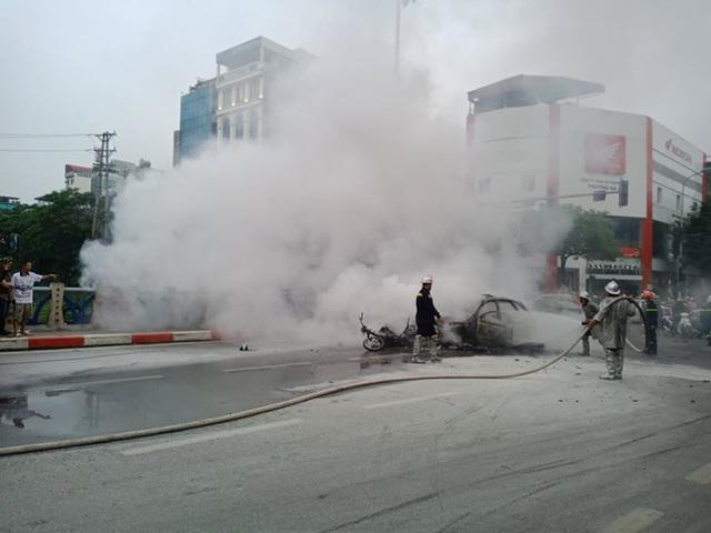 Giao thông tắc nghẽn sau vụ chiếc xe Mercedes cháy rụi ở Hà Nội - Ảnh 3.