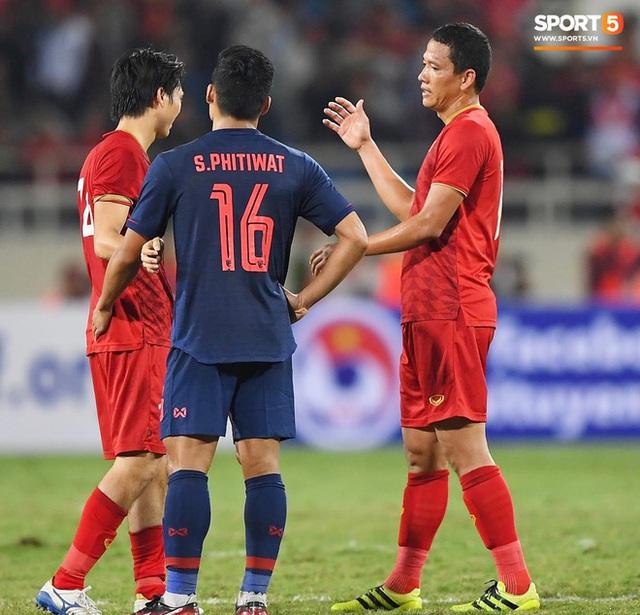 Xúc động hình ảnh HLV Park Hang-seo ôm chặt Anh Đức sau trận hòa Thái Lan: Tạm biệt một huyền thoại, tạm biệt người hùng AFF Cup! - Ảnh 3.