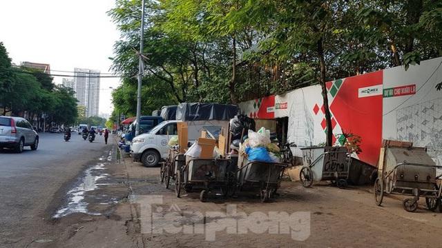 Khu vực cạnh dự án xây dựng chợ Xuân La xuất hiện chợ cóc ngay dưới lòng đường, vỉa hè thành nơi đậu xe, bãi rác gây ô nhiễm môi trường.
