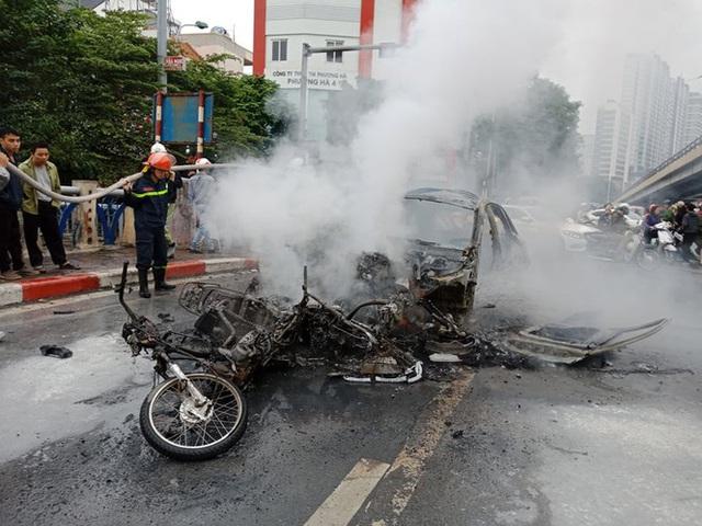Giao thông tắc nghẽn sau vụ chiếc xe Mercedes cháy rụi ở Hà Nội - Ảnh 4.
