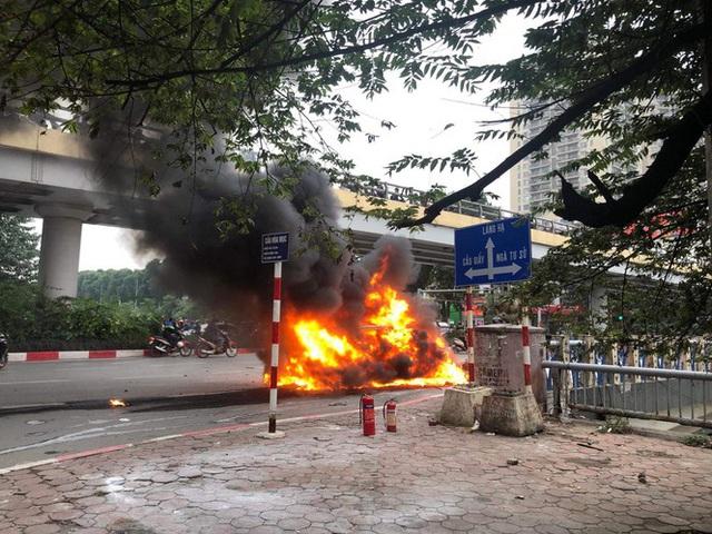 Xe sang Mercedes cháy rụi sau khi vượt đèn đỏ, một người chết - Ảnh 5.