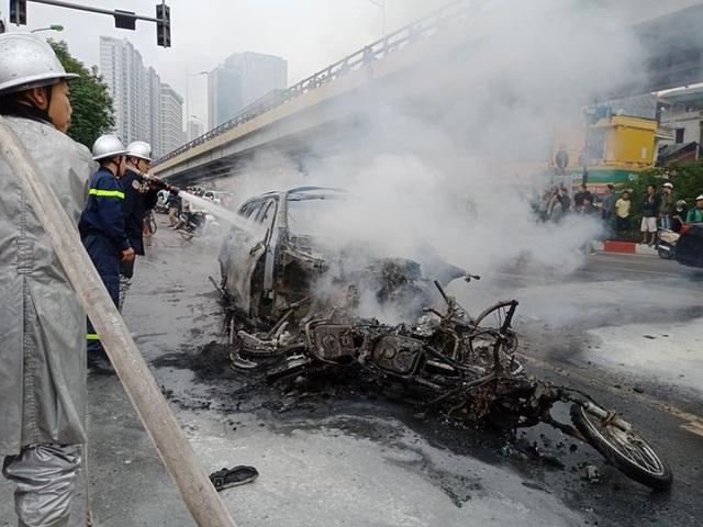 Giao thông tắc nghẽn sau vụ chiếc xe Mercedes cháy rụi ở Hà Nội - Ảnh 5.