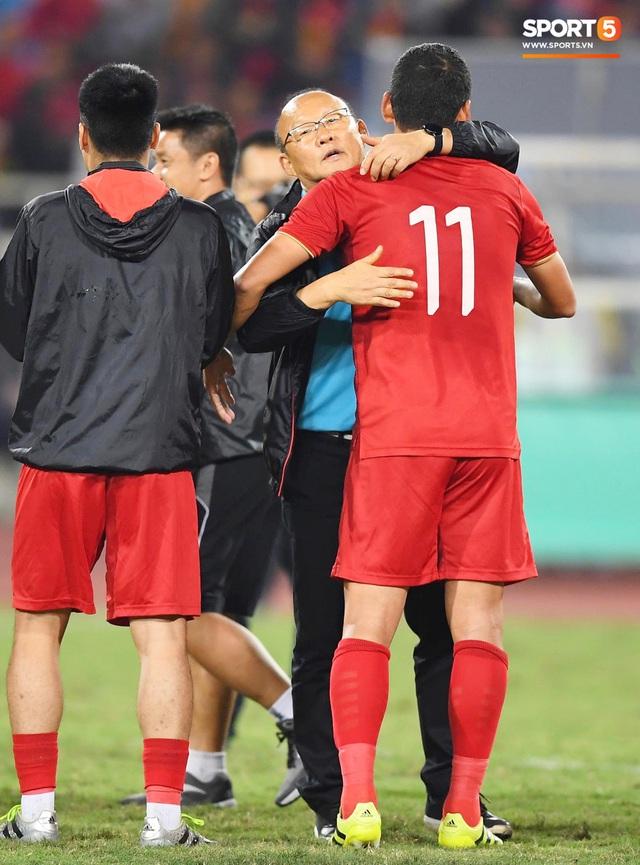 Xúc động hình ảnh HLV Park Hang-seo ôm chặt Anh Đức sau trận hòa Thái Lan: Tạm biệt một huyền thoại, tạm biệt người hùng AFF Cup! - Ảnh 5.