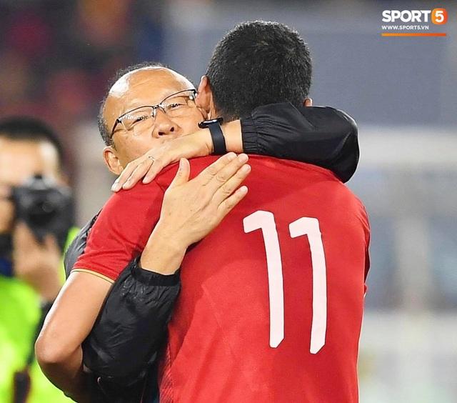 Xúc động hình ảnh HLV Park Hang-seo ôm chặt Anh Đức sau trận hòa Thái Lan: Tạm biệt một huyền thoại, tạm biệt người hùng AFF Cup! - Ảnh 6.