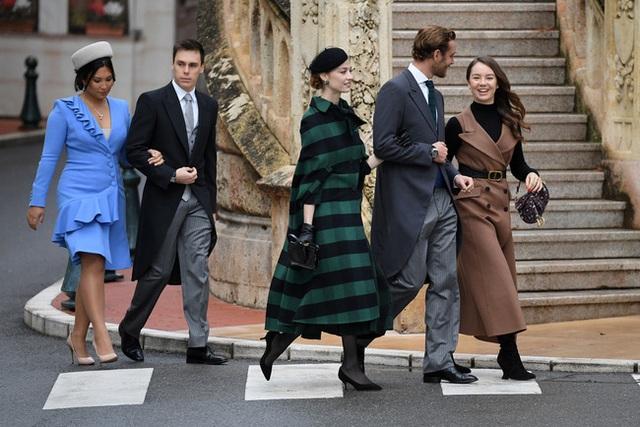 Nàng dâu hoàng gia gốc Việt lần đầu xuất hiện cùng gia đình nhà chồng Monaco: Ăn mặc gợi cảm nhưng có phần lạc lõng - Ảnh 6.