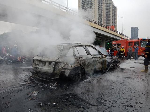 Giao thông tắc nghẽn sau vụ chiếc xe Mercedes cháy rụi ở Hà Nội - Ảnh 7.