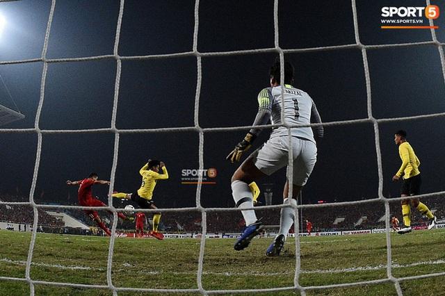 Xúc động hình ảnh HLV Park Hang-seo ôm chặt Anh Đức sau trận hòa Thái Lan: Tạm biệt một huyền thoại, tạm biệt người hùng AFF Cup! - Ảnh 7.
