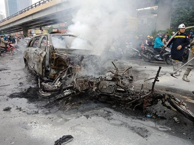 Giao thông tắc nghẽn sau vụ chiếc xe Mercedes cháy rụi ở Hà Nội - Ảnh 8.