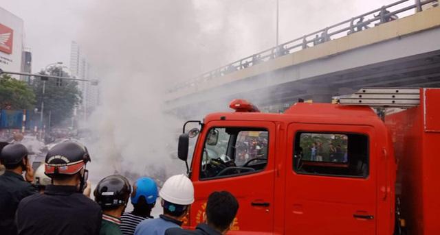 Xe sang Mercedes cháy rụi sau khi vượt đèn đỏ, một người chết - Ảnh 9.