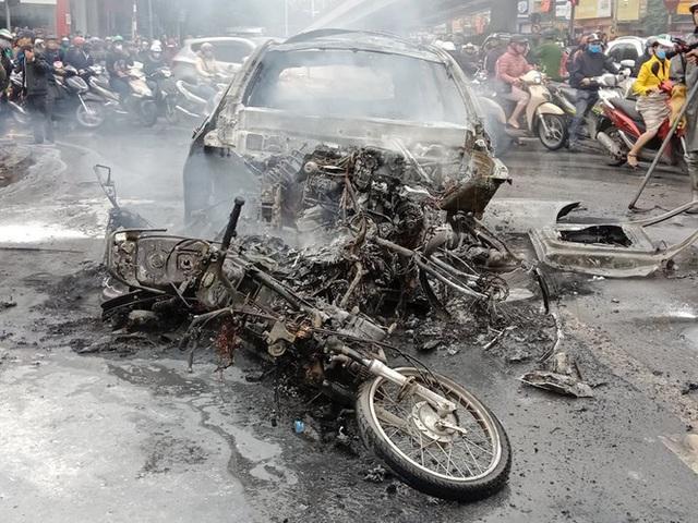 Giao thông tắc nghẽn sau vụ chiếc xe Mercedes cháy rụi ở Hà Nội - Ảnh 9.
