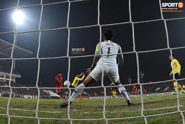 Xúc động hình ảnh HLV Park Hang-seo ôm chặt Anh Đức sau trận hòa Thái Lan: Tạm biệt một huyền thoại, tạm biệt người hùng AFF Cup! - Ảnh 9.