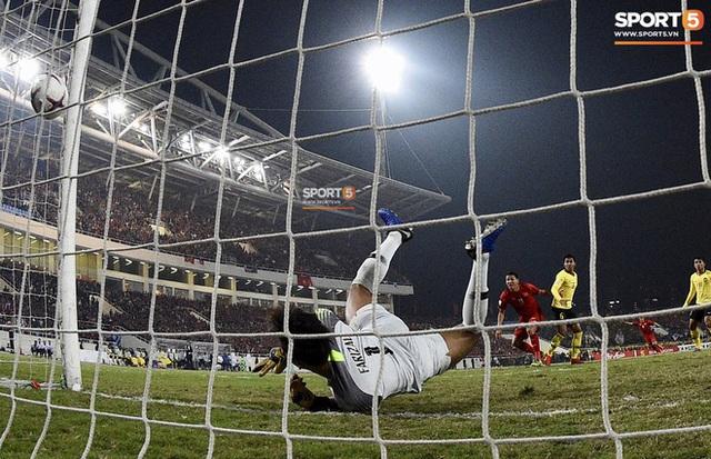 Xúc động hình ảnh HLV Park Hang-seo ôm chặt Anh Đức sau trận hòa Thái Lan: Tạm biệt một huyền thoại, tạm biệt người hùng AFF Cup! - Ảnh 10.