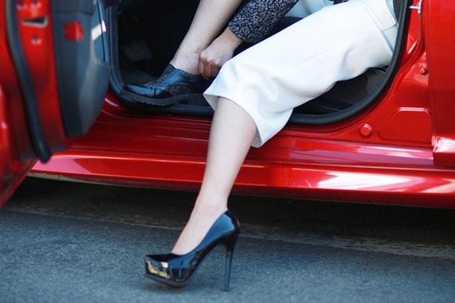 Từ vụ nữ tài xế Mercedes gây tai nạn kinh hoàng khiến 1 người chết: Chị em phụ nữ nói về gót giày tử thần khi lái xe - Ảnh 2.