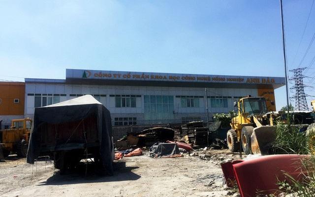 Công trình nhà xưởng quy mô lớn xây dựng không phép vẫn được tồn tại (ảnh trái), trong khi công trình nhỏ lại bị tháo dỡ Ảnh: LÊ PHONG