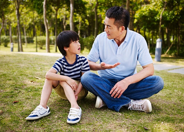 """""""Nhà mình có giàu không ạ?"""": Câu trả lời khác nhau của 2 ông bố khiến cuộc đời con cái rẽ theo 2 hướng trái ngược - Ảnh 1."""