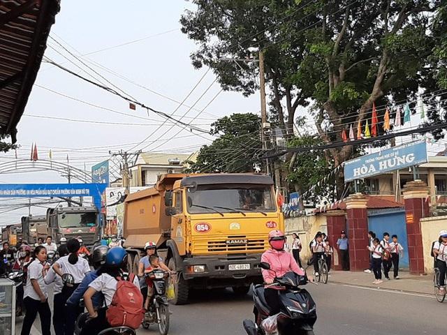 Cận cảnh hãi hùng xe ben đại náo một vùng rộng lớn ở Biên Hòa - Ảnh 3.