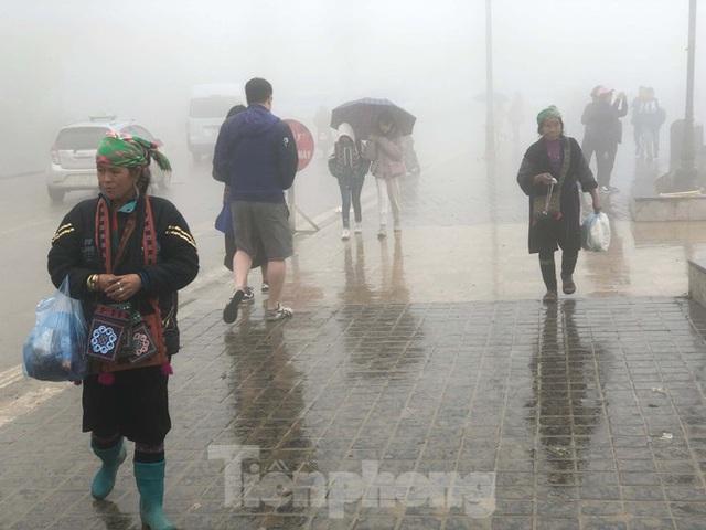 Không khí lạnh tràn về, khách du lịch co ro trong cái lạnh dưới 10 độ C ở Sa Pa - Ảnh 2.