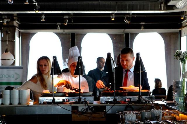 """CEO nhà hàng cua nổi tiếng chia sẻ về những lần """"tiếp chiêu"""" với các vị khách lạ: Họ ngồi hơn 4 tiếng để ăn cho hết tận 30 con cua""""! - Ảnh 1."""