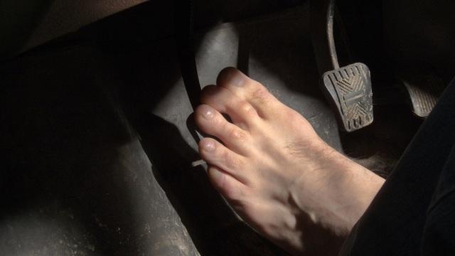 Đi giày cao gót lái ô tô chắc chắn gây nguy hiểm, thà chân đất còn hơn - nhầm tưởng cực lớn có thể khiến người lái xe phải trả giá  - Ảnh 4.