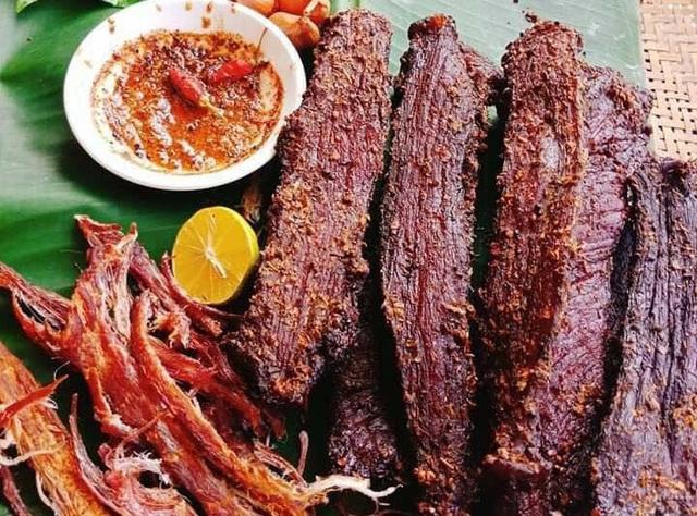 Thịt lợn gác bếp, bán nhiều vô kể, giá rẻ đáng ngờ - Ảnh 1.