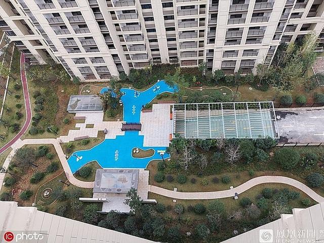 Cú lừa thế kỷ: Đổ tiền mua chung cư cao cấp, được ngay bể bơi bằng nhựa - Ảnh 1.
