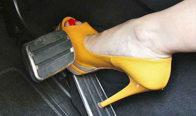 Những kỹ năng lái xe cần thiết cho phụ nữ để tránh tai nạn - Ảnh 1.
