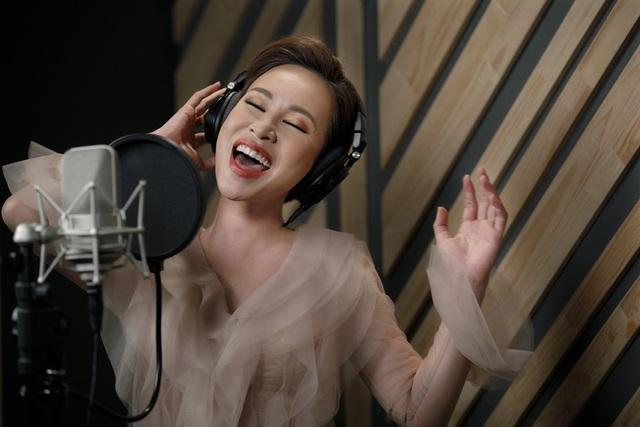 """Uyên Linh: """"Sau 10 năm đi hát, tôi tự hào vì mình chỉ sống bằng mỗi việc cầm mic"""" - Ảnh 10."""