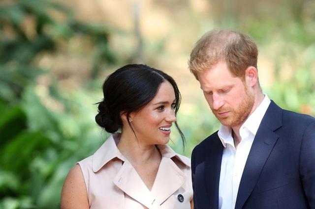 Tiết lộ mới gây sốc: Vợ chồng Meghan Markle bị gia đình hoàng gia cô lập và lời cảnh báo của Nữ hoàng Anh - Ảnh 1.