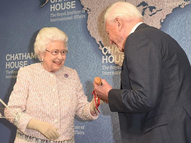 Tiết lộ mới gây sốc: Vợ chồng Meghan Markle bị gia đình hoàng gia cô lập và lời cảnh báo của Nữ hoàng Anh - Ảnh 2.