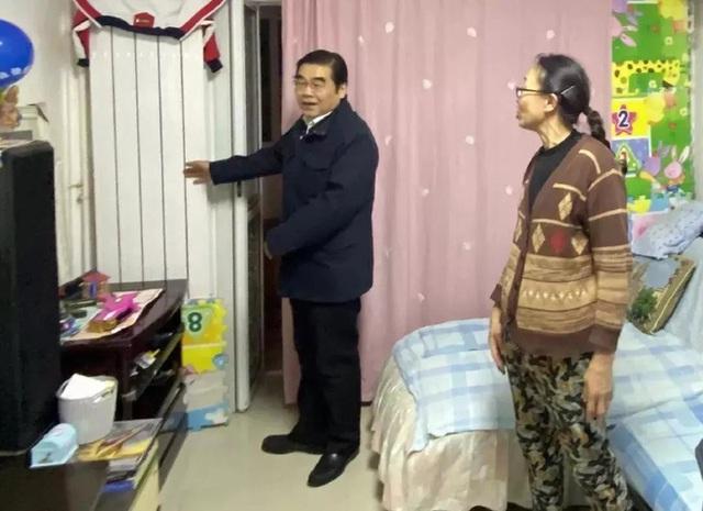 Thị trưởng nửa đêm gõ cửa làm phiền nhà dân: Dư luận Trung Quốc tán dương hết lời  - Ảnh 1.