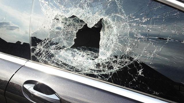 Cậu bé cả gan ném đá vỡ kính ô tô của người lạ và cái kết gửi gắm thông điệp: Có tĩnh tại thì đời mới an lạc - Ảnh 1.