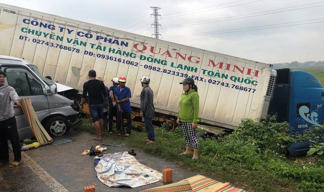 Xe khách chở các nhà sư tông xe container, 2 người chết và 11 người trọng thương  - Ảnh 4.