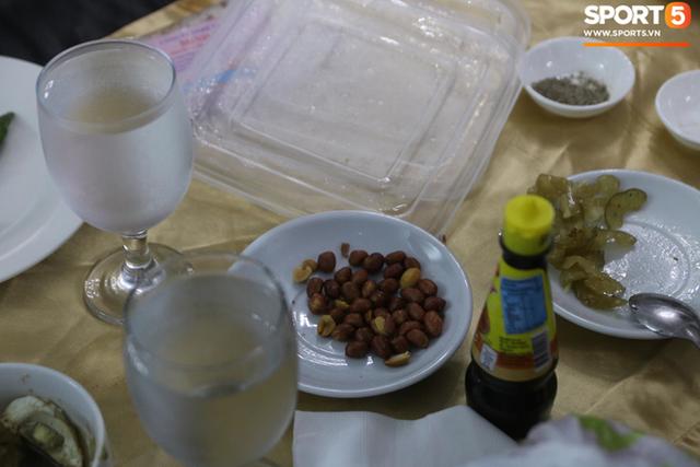 Sau scandal bị bỏ đói, tuyển nữ Việt Nam hạnh phúc với bữa buffet hoành tráng của khách sạn nhưng vẫn xác nhận: Món ngon nhất vẫn là đồ ăn mang từ nhà đi - Ảnh 2.