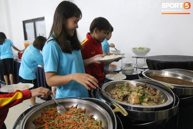 Sau scandal bị bỏ đói, tuyển nữ Việt Nam hạnh phúc với bữa buffet hoành tráng của khách sạn nhưng vẫn xác nhận: Món ngon nhất vẫn là đồ ăn mang từ nhà đi - Ảnh 3.