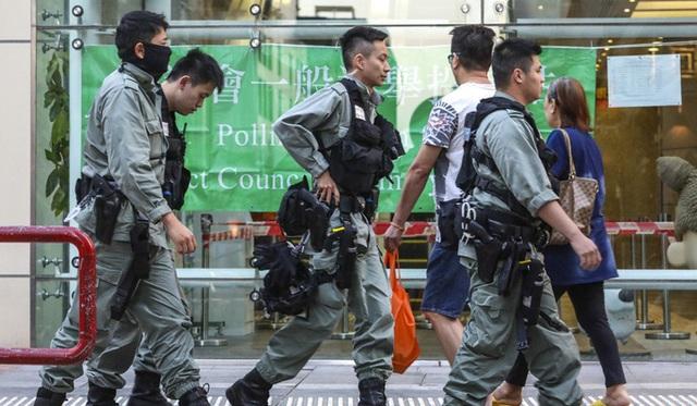 Hồng Kông: Phe thân Bắc Kinh thua nặng nề trong cuộc bầu cử hội đồng quận  - Ảnh 4.