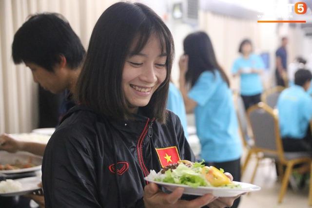 Sau scandal bị bỏ đói, tuyển nữ Việt Nam hạnh phúc với bữa buffet hoành tráng của khách sạn nhưng vẫn xác nhận: Món ngon nhất vẫn là đồ ăn mang từ nhà đi - Ảnh 6.