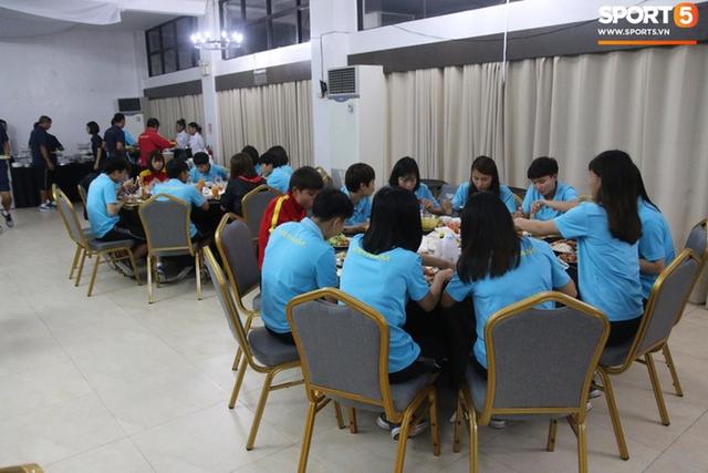 Sau scandal bị bỏ đói, tuyển nữ Việt Nam hạnh phúc với bữa buffet hoành tráng của khách sạn nhưng vẫn xác nhận: Món ngon nhất vẫn là đồ ăn mang từ nhà đi - Ảnh 9.